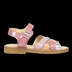 Sandal med justerbar spændelukning