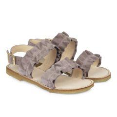 Sandal med flæser og spænde