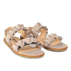 Sandal med flæse og spænde