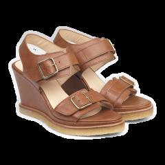 Sandal med kilehæl og spænde