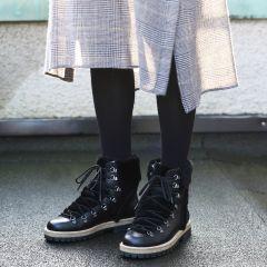 Støvle med uldfoer og snøre.