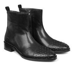 Støvle med nitter.